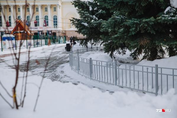 Металлические ограждения вокруг газонов появились на площади перед Драмтеатром в конце 2017 года