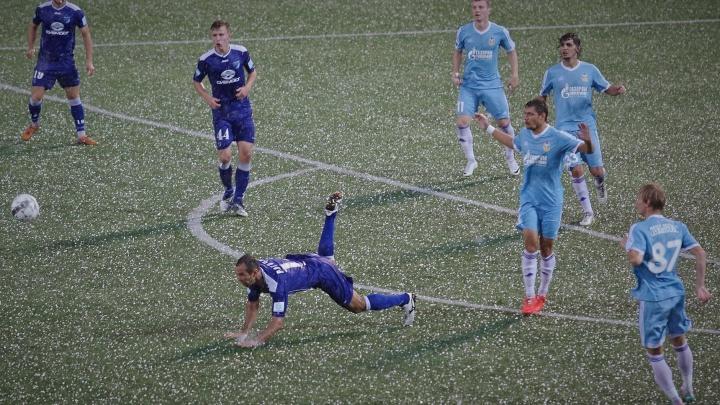 Футбол во время шторма: необычные снимки новосибирского фотографа показали в Москве