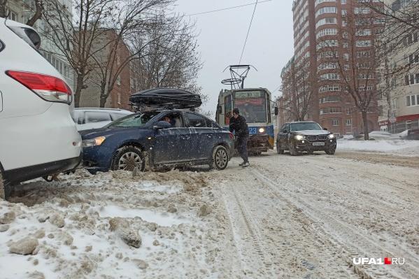 Из-за снежных заторов страдают не только автомобилисты, но и транспорт вместе с пассажирами