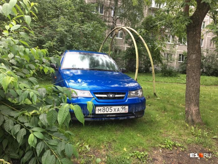 Этому автохаму ничего не грозит, потому что парковка на газоне в Свердловской области — бесплатная