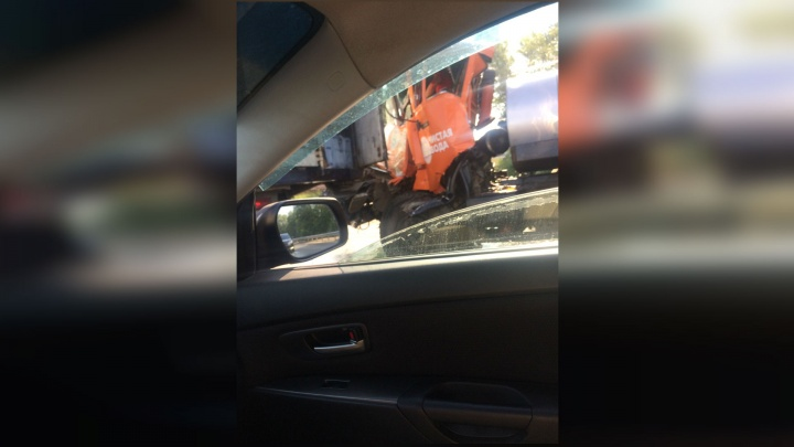 Под Уфой столкнулись два грузовика: водителя зажало в салоне