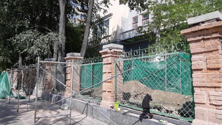В центре Екатеринбурга начали спиливать деревья, которые разрушают старинный забор
