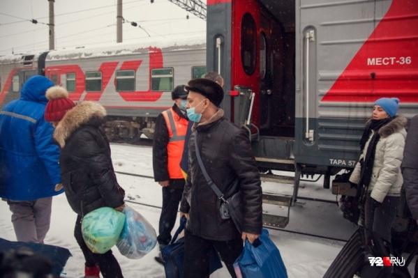 Утром 2 февраля проездом в Тюмени был поезд из Пекина. На время стоянки открыты были только вагоны, в которых ехали россияне. Китайцы оставались в купе с плотно зашторенными окнами