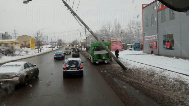 На 60 лет Октября столб опасно навис над дорогой после аварии с автобусом № 55