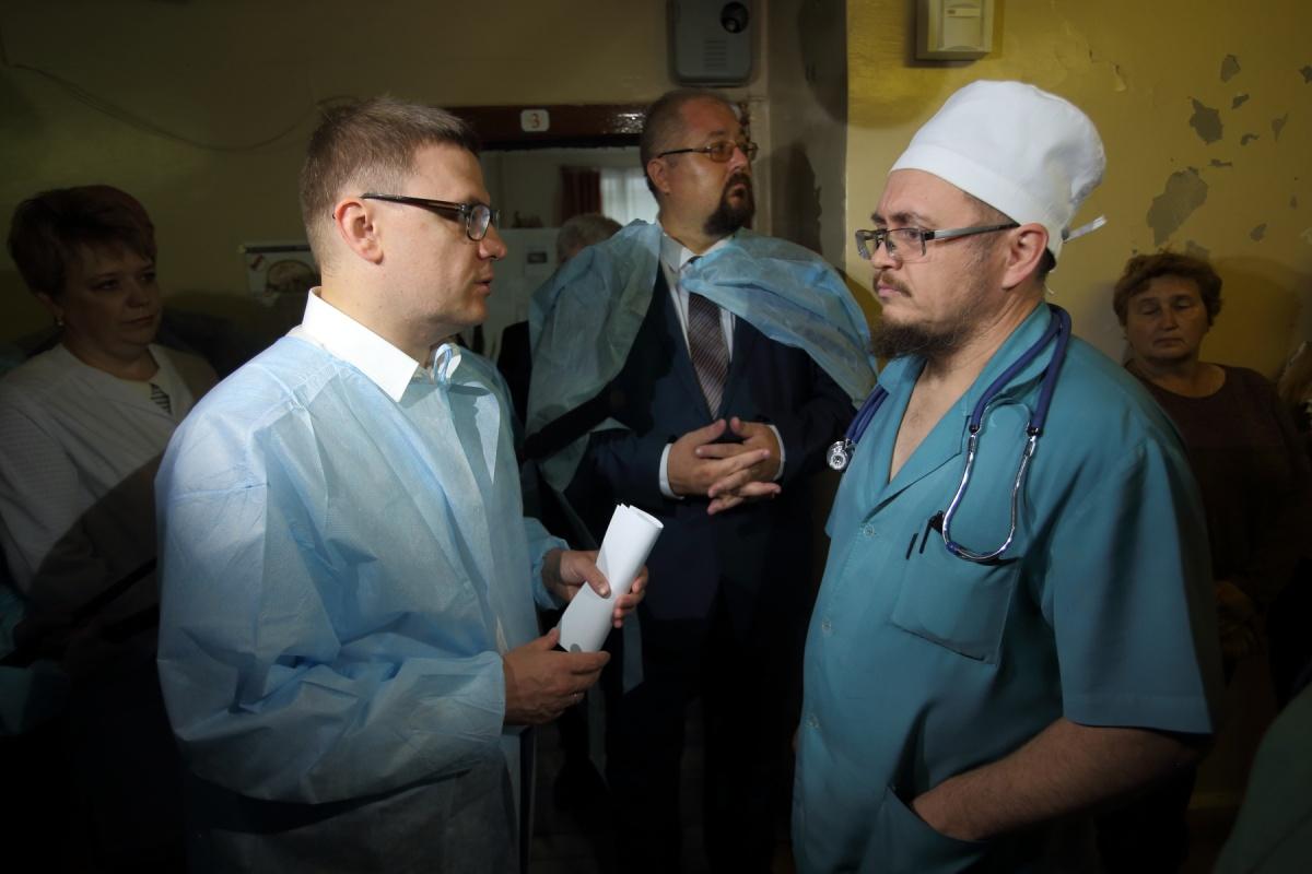 Врачи медико-санитарной части № 72 Трёхгорного Челябинской области, пожаловавшиеся в июне на маленькие зарплаты, получили новые выплаты, оказавшиеся со слов сотрудников ещё ниже. На этот раз до МРОТ с трудом дотянули зарплаты санитарок и медсестёр. Вмешаться в ситуацию пообещал временно исполняющий обязанности губернатора Алексей Текслер, которому врачи и медсестры пожаловались на сложившуюся ситуацию. Минздрав уже нашёл несоответствие в начислениях. Об этом 74.ру сообщает 14 августа. — Зарплата ещё меньше стала. Когда мы к вам обратились, была низкая, а за этот месяц ещё меньше стала, — заявила одна из сотрудниц медсанчасти.