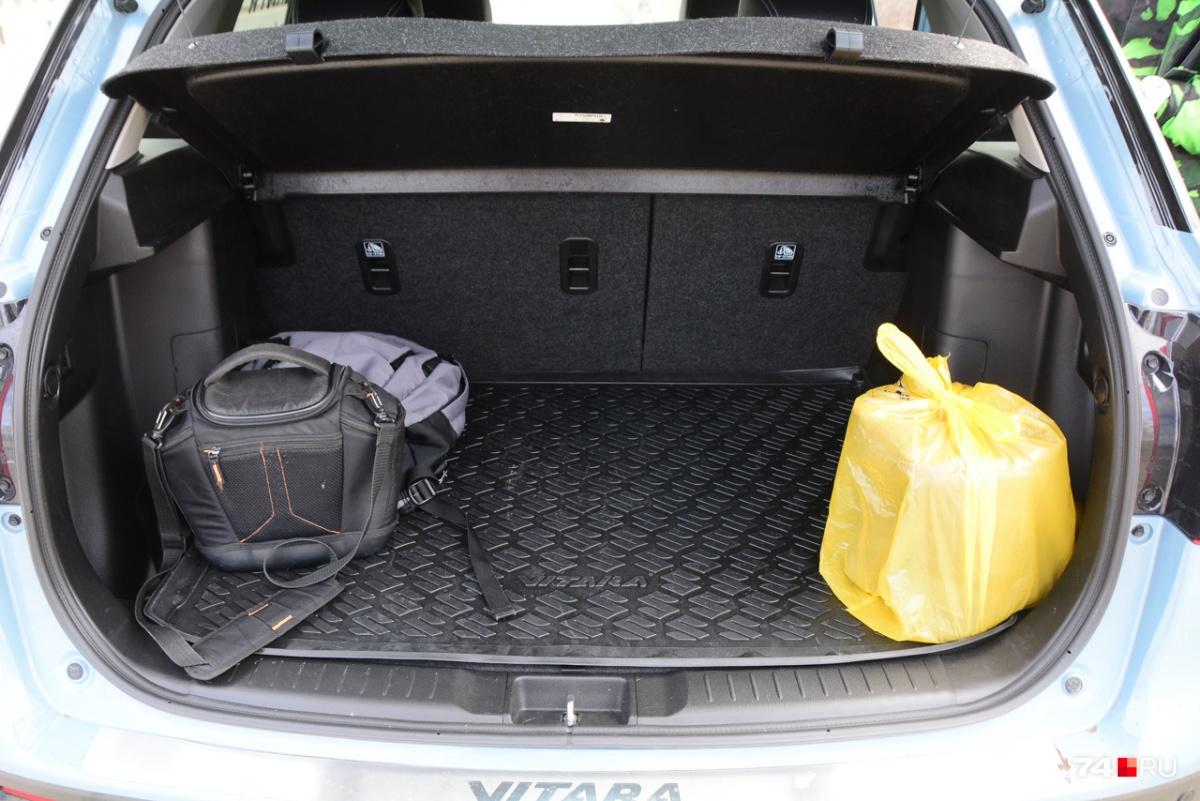 Багажник небольшой (375 литров), но удобной формы и без порога