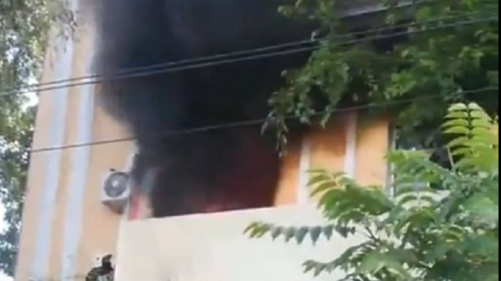«Женщина задохнулась, а спасатель упал с лестницы»: в Красноармейском районе Волгограда вспыхнул дом