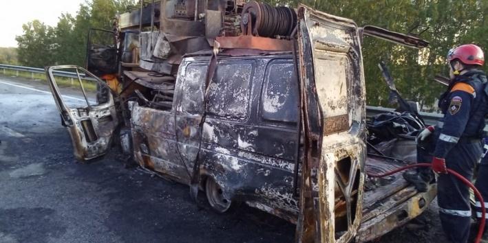 Пассажирок пытались вытащить из горящей «газели», но не смогли