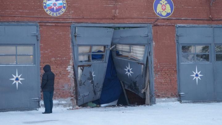 Пьяный на Audi выбил дверь пожарной части в Дивногорске и сбежал