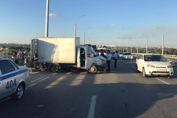 Подробности ДТП на Бугринском мосту: водителю эвакуатора помешала другая машина