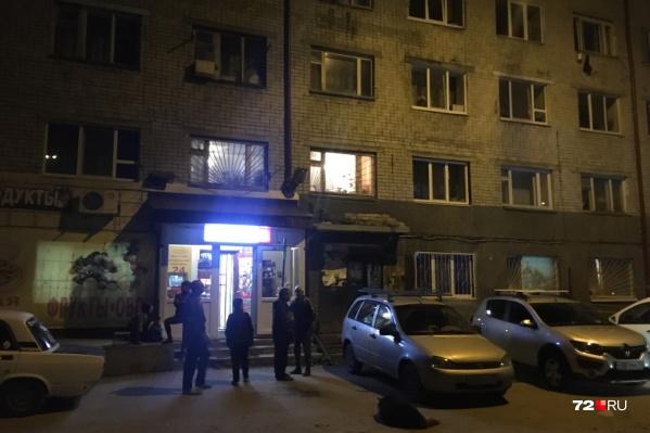 В 23 часа у дома осталось несколько жильцов. Большинство других успели уехать к родным или в гостиницу «Колос»