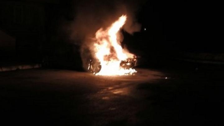За один час ночью в Екатеринбурге сгорели 4 машины и одна квартира