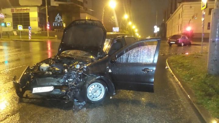 Водитель Lada, столкнувшейся с Nexia в центре Екатеринбурга, головой пробил лобовое стекло