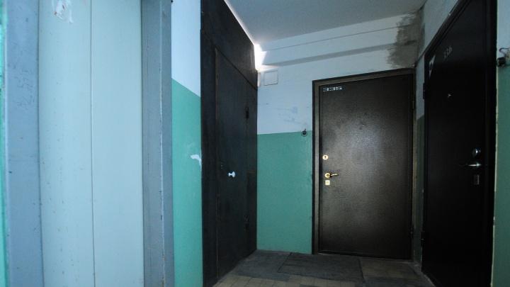 В Первоуральске парень, пытавшийся вылезти из застрявшего лифта, упал в шахту
