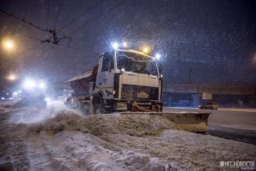 Надороги Кемерова высыпали 417 тонн противогололедных материалов