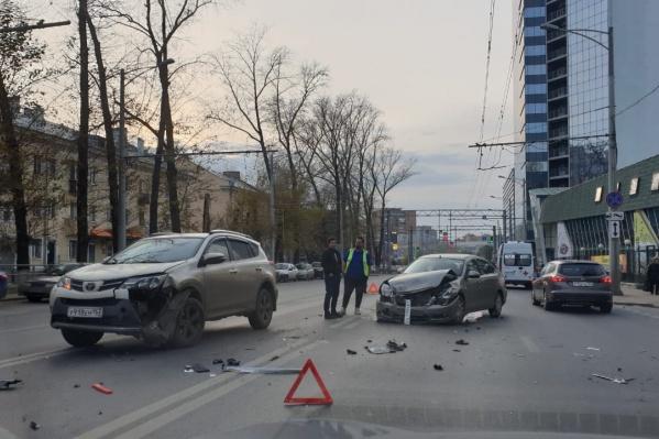 Участники аварии заняли половину дороги