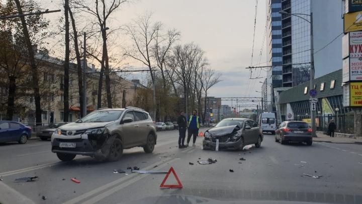 Московское шоссе парализовало: около «Максимилианса» лоб в лоб столкнулись две иномарки