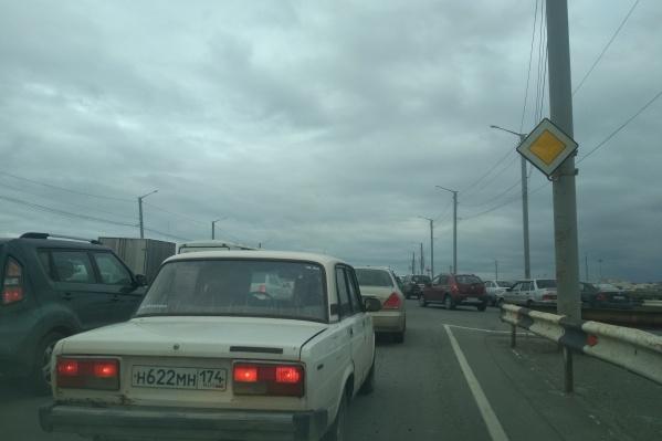 Пробка начинается на Дзержинского и тянется по всему мосту до улицы Доватора