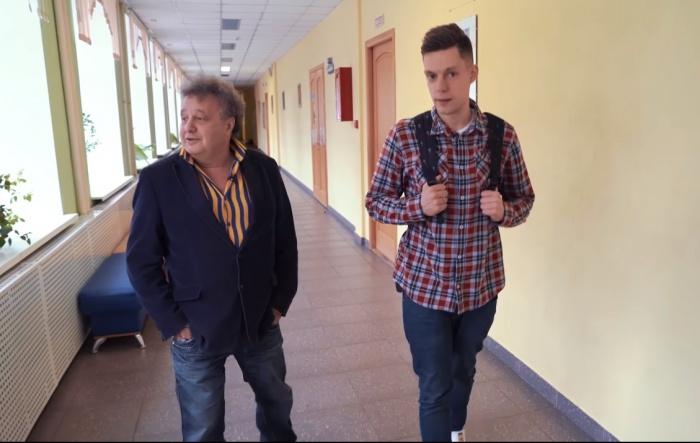 Евгений Горенбург и Юрий Дудь прошлись по школе, в которой учился Балабанов. Это гимназия №2 в Екатеринбурге