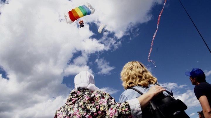 Берегите головы: на Городской пруд приземлились парашютисты