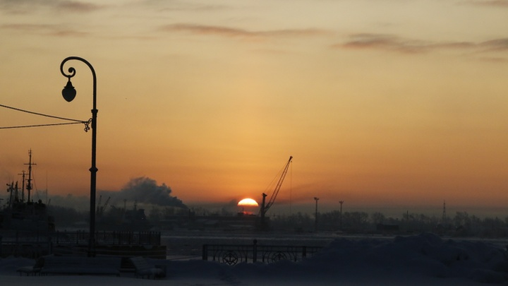 Предрассветные силуэты и розовая дымка: смотрим, как Архангельск просыпается морозным утром