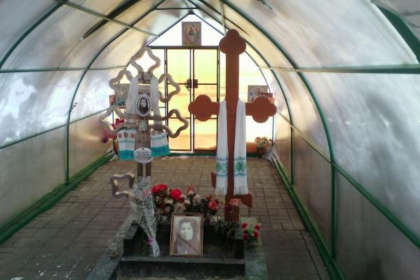 Верующие приезжают к могиле Дунюшки, чтобы попросить о помощи