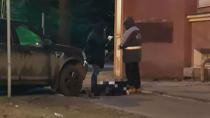 Внедорожник на тротуаре, рядом труп: в центре Ярославля умер мужчина в деловом костюме