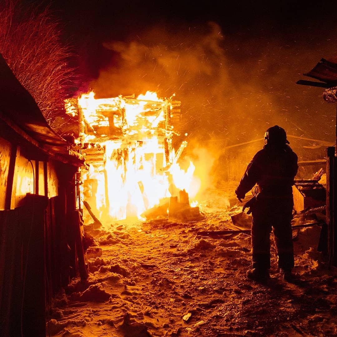 Прибывшим пожарным оставалось лишь погасить пламя, но строение было уже не спасти