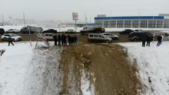 Чудовищное везение: в Волгограде водитель Volkswagen Jetta выжил после падения в глубокий карьер