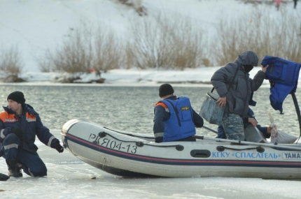 Застрявших на берегу водохранилища рыбаков пришлось эвакуировать спасателям