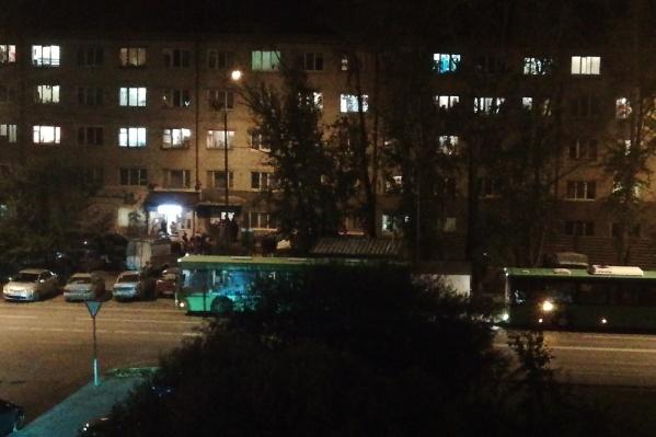 Несколько десятков человек с сумками шли в автобусы, чтобы уехать в гостиницу из опасного дома