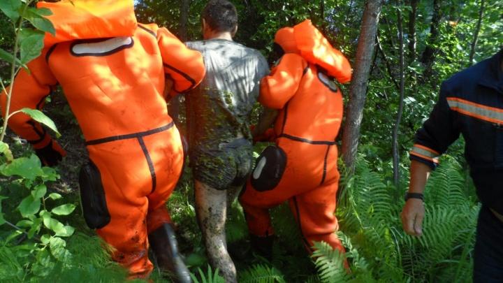 Спасатели достали увязшего в болоте новосибирца