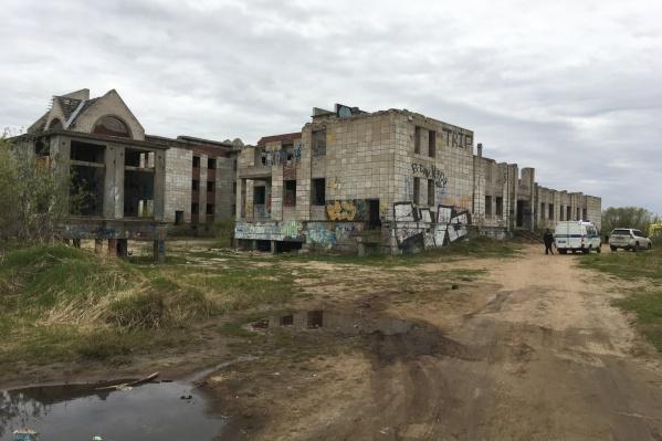 Жители ближайших к стройке домов отмечают, что по ней часто гуляют подростки
