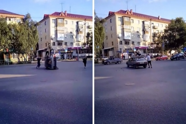 Тюменские водители были недовольны такой «помехой» на дороге и сигналили молодым людям из «девятки»