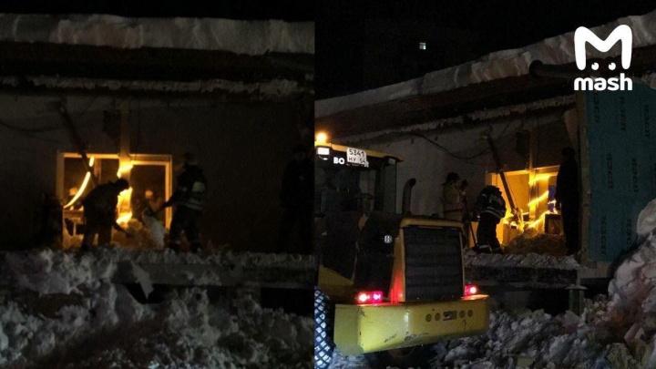 В Академгородке рухнула крыша кафе — под завалами оказались люди, одна девушка погибла