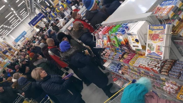 Жители Ачинска занимали очередь в первый гипермаркет «Лента» за два часа до открытия