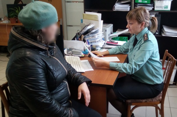 В один из визитов женщина в беседе с приставом призналась, что не может устроиться на работу из-за заболевания