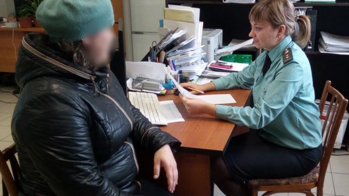 Чтобы заставить женщину платить алименты сыну, ее отвели к медикам и оформили на инвалидность