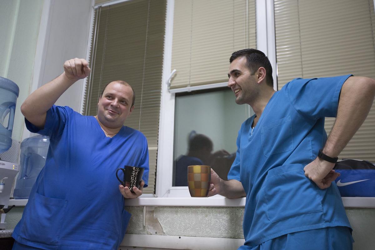 Врачи в перерыве между лечением больного и заполнением документов
