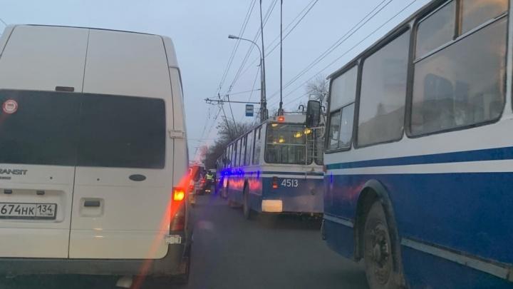 Дорога полностью перекрыта: из-за ДТП на севере Волгограда изменено движение троллейбусов