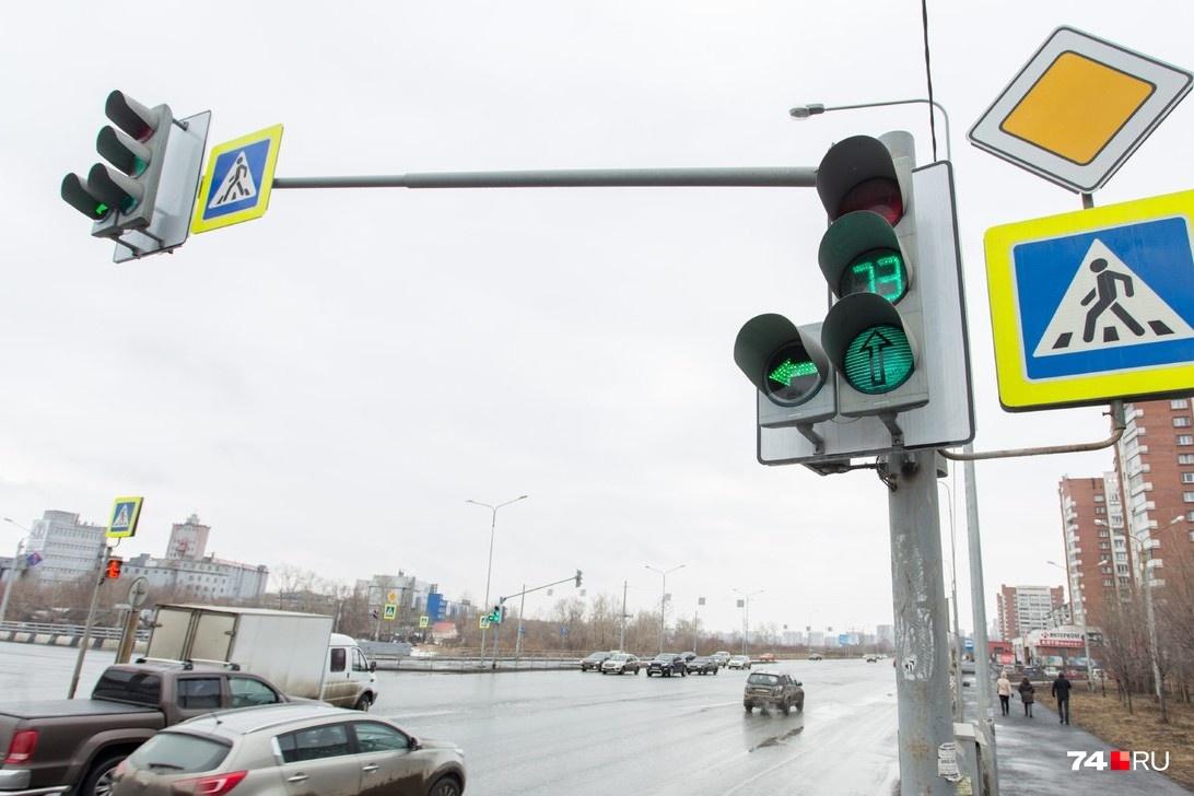 Секции основных светофоров часто имеют обратный таймер и желтую фазу, а вот стрелки гаснут гораздо менее предсказуемо