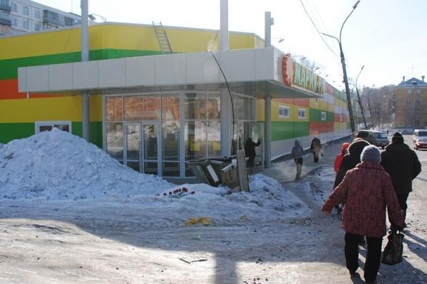 Младшего сержанта полиции Виктора Кабака убили в небольшом тупике между разгрузочной площадкой супермаркета и строящимся зданием на улице Столетова<br><br>