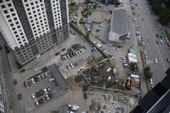 Сейчас на месте будущей стройки — парковка и павильон с автотоварами