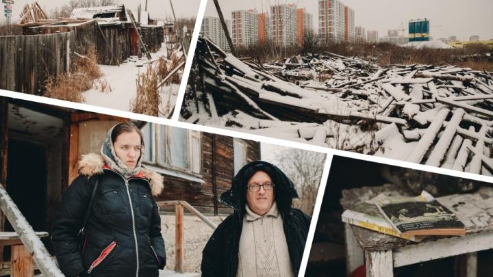 «Деревня» в плену элитных новостроек: гуляем по деревяшкам на Береговой, где живёт всего одна семья