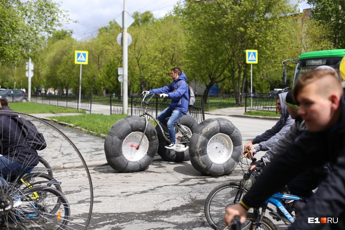 В колонне можно было увидеть очень необычные велосипеды