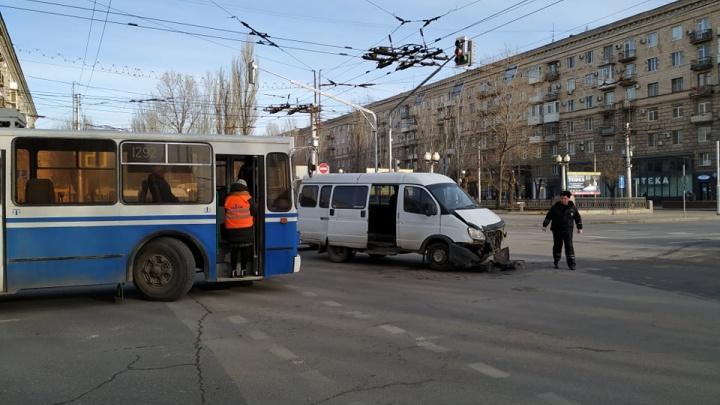 На проблемном перекрестке в центре Волгограда снова столкнулись машины