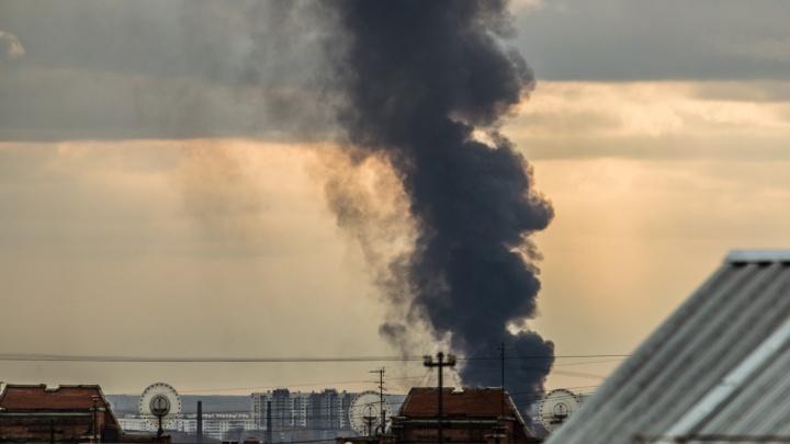 Над Ленинским районом поднялся столб чёрного дыма