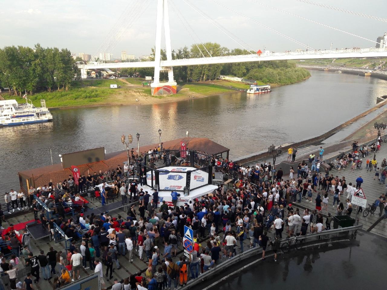 В итоге ринг решили протереть, чтобы спортсмены смогли помутузить друг друга