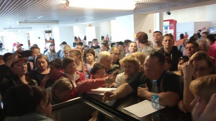 В Кольцово пассажиры устроили скандал из-за рейса, перенесенного на 14 часов
