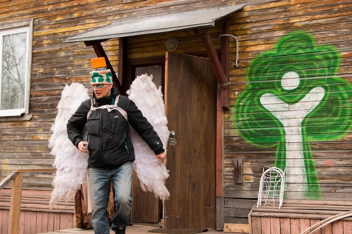 В Архангельске Древарха узнают по крыльям, мигалке на голове и имени